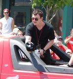 Jiri Hudler tips his hat to the fans during the 2008 Stanley Cup parade.