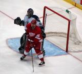 Tomas Holmstrom attempts to screen Los Angeles goalie Mathieu Garon.